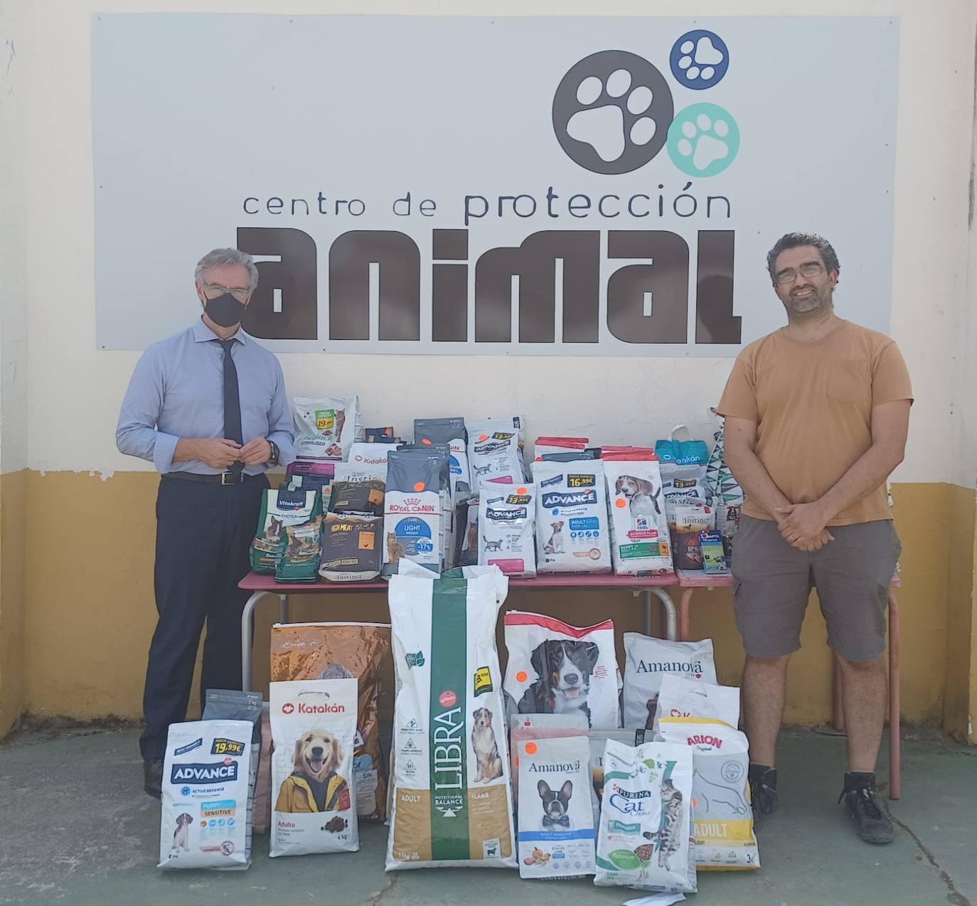 El Cortes Inglés realiza la segunda donación de comida al Centro de Protección Animal