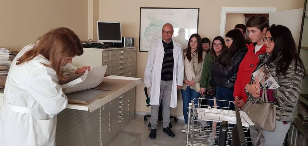 Alumnos del IES Siberia Extremeña visitan el archivo provincial de la diputación