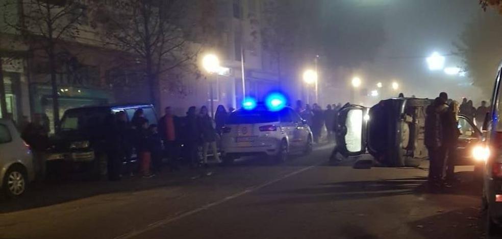Un turismo volcado tras un accidente bloquea la calle Manuel Más