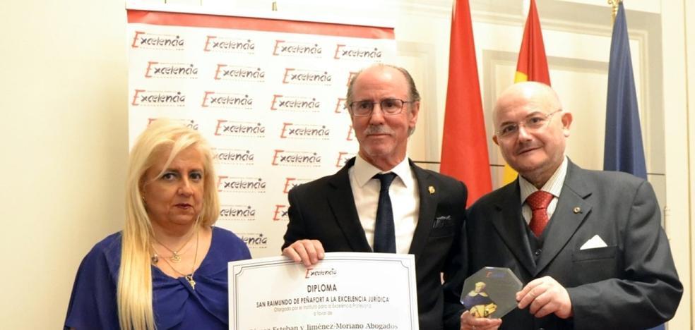 El despacho Gómez-Esteban y Jiménez-Moriano recibe uno de los Premios San Raimundo de Peñafort a la Excelencia Jurídica