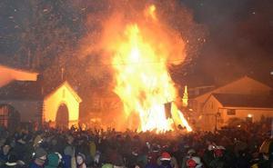 Miles de visitantes iluminan Jarandilla con fuego para celebrar Los Escobazos