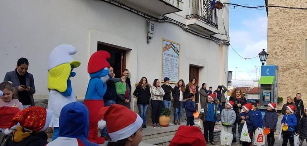 Los alumnos del colegio 'Gonzalo Encabo' llenan de espíritu navideño las calles de Talayuela