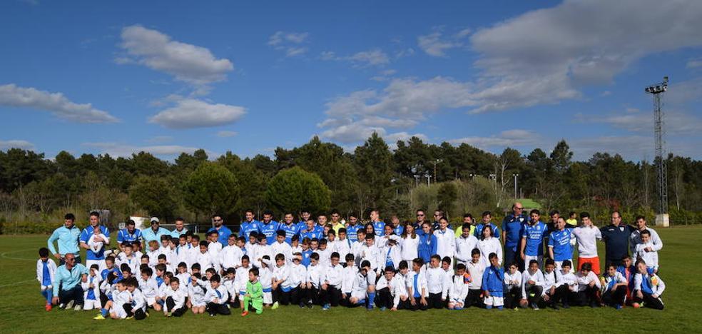 La Escuela de Fútbol de Talayuela realiza su foto de familia