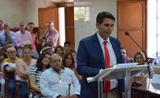 Los concejales y el nuevo alcalde de Talayuela, Ismael Bravo, toman posesión de sus actas