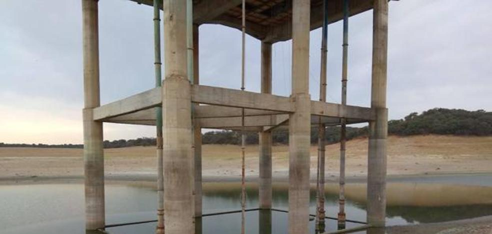 La sequía de la presa de Valdecañas deja sin agua a 800 regantes en Peraleda de la Mata