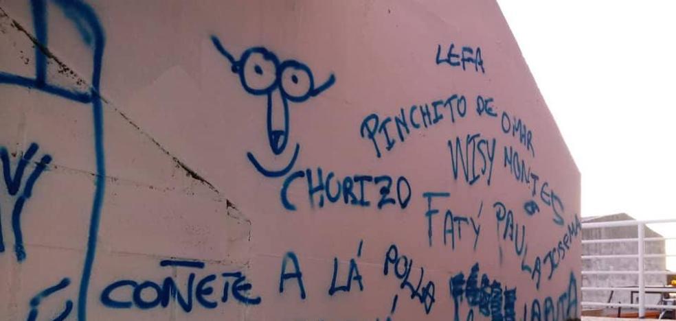 El Ayuntamiento denuncia pintadas en el pabellón municipal