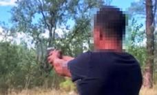 Investigan a un vecino de Navalmoral tras publicar un vídeo disparando una pistola en el pinar de Talayuela