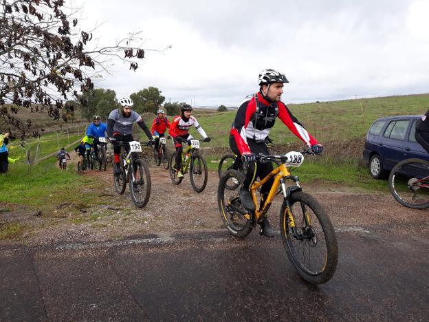 116 ciclistas por el berrocal trujillano, a pesar del mal tiempo