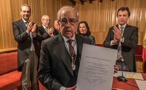 El periodista José Julián Barriga toma posesión de su plaza en la Academia Extremeña