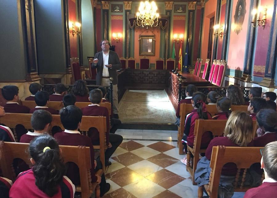 Cerca de 200 menores pasan por el Ayuntamiento para conmemorar el día de la Constitución