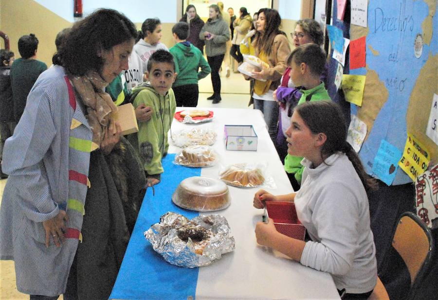 El colegio Las Américas celebra un mercadillo solidario con gran participación