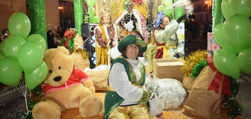 Cientos de personas arropan a los Reyes Magos, a pesar del frío
