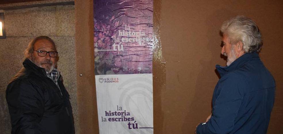 Unidas Podemos inició la campaña electoral en Trujillo en la plaza Mayor, con la pega de carteles