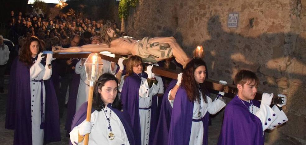 Numerosos devotos acompañan al Vía Crucis por la parte antigua