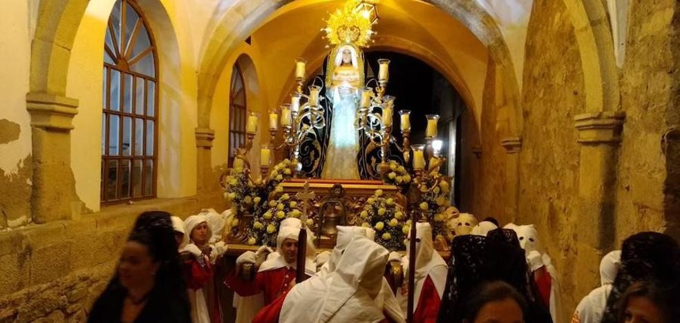 La lluvia apareció anoche al final de las dos procesiones