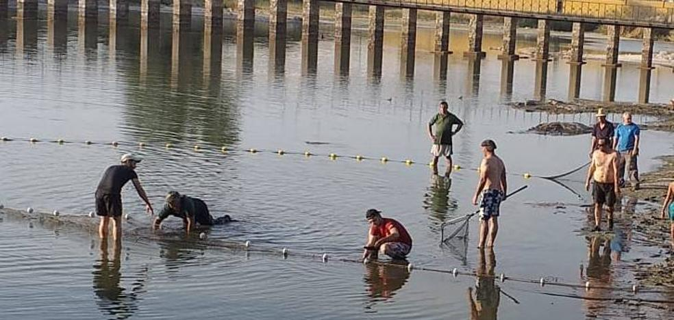 La charca de San Lázaro cierra la temporada para los pescadores