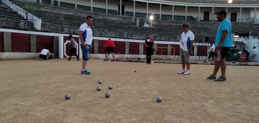 El torneo de petanca nocturno de La Piedad en la plaza de toros acoge a 28 dupletas el sábado