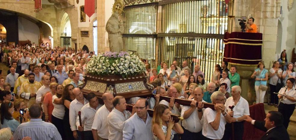 La Patrona baja, en procesión, a la iglesia de San Martín, arropada por decenas de personas