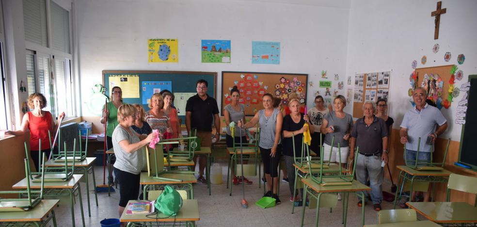Madroñera limpia el colegio y la guardería con grupos de voluntarios