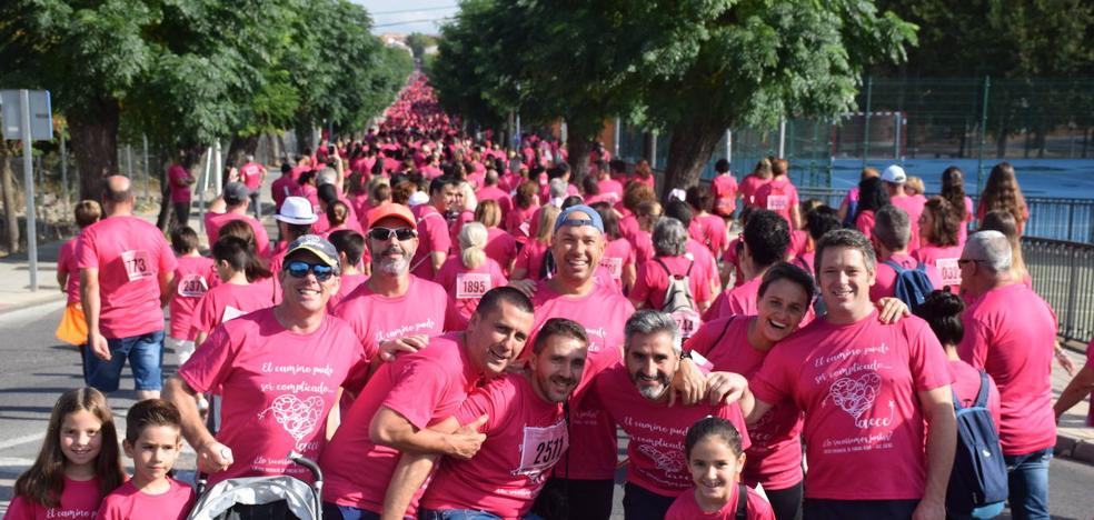 La ciudad se tiñe un año más de rosa con su marcha contra el cáncer