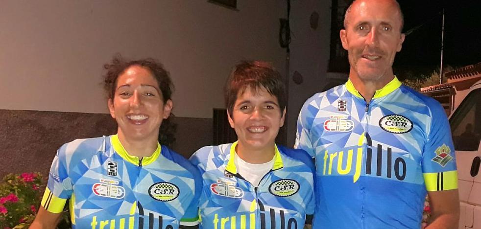 Los ciclistas trujillanos Cristina Barrado y Juan Andrés Sánchez, en 'Non Stop Madrid-Lisboa'