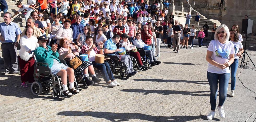 Aspace reivindica los derechos de las personas con parálisis cerebral en una actividad en la plaza Mayor