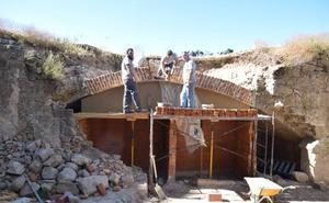 La escuela profesional reconstruye una bóveda del siglo XVI en el baluarte del castillo