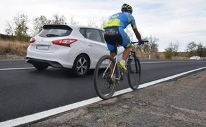 Los ciclistas piden mejoras en los arcenes de un tramo de la N-V, recien asfaltado