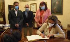 La ministra Teresa Ribera deja su dedicatoria en el libro de firmas del Ayuntamiento
