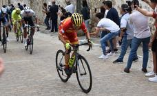 Benjamín Prades ganar en el castillo trujillano y se pone líder de la Vuelta Ciclista a Extremadura
