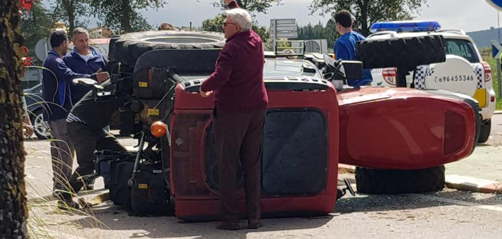 Vuelca un tractor en la rotonda del parque de la Granja