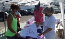El Grupo Local de Afectadas por el Cáncer de Mama recauda fondos en el mercadillo