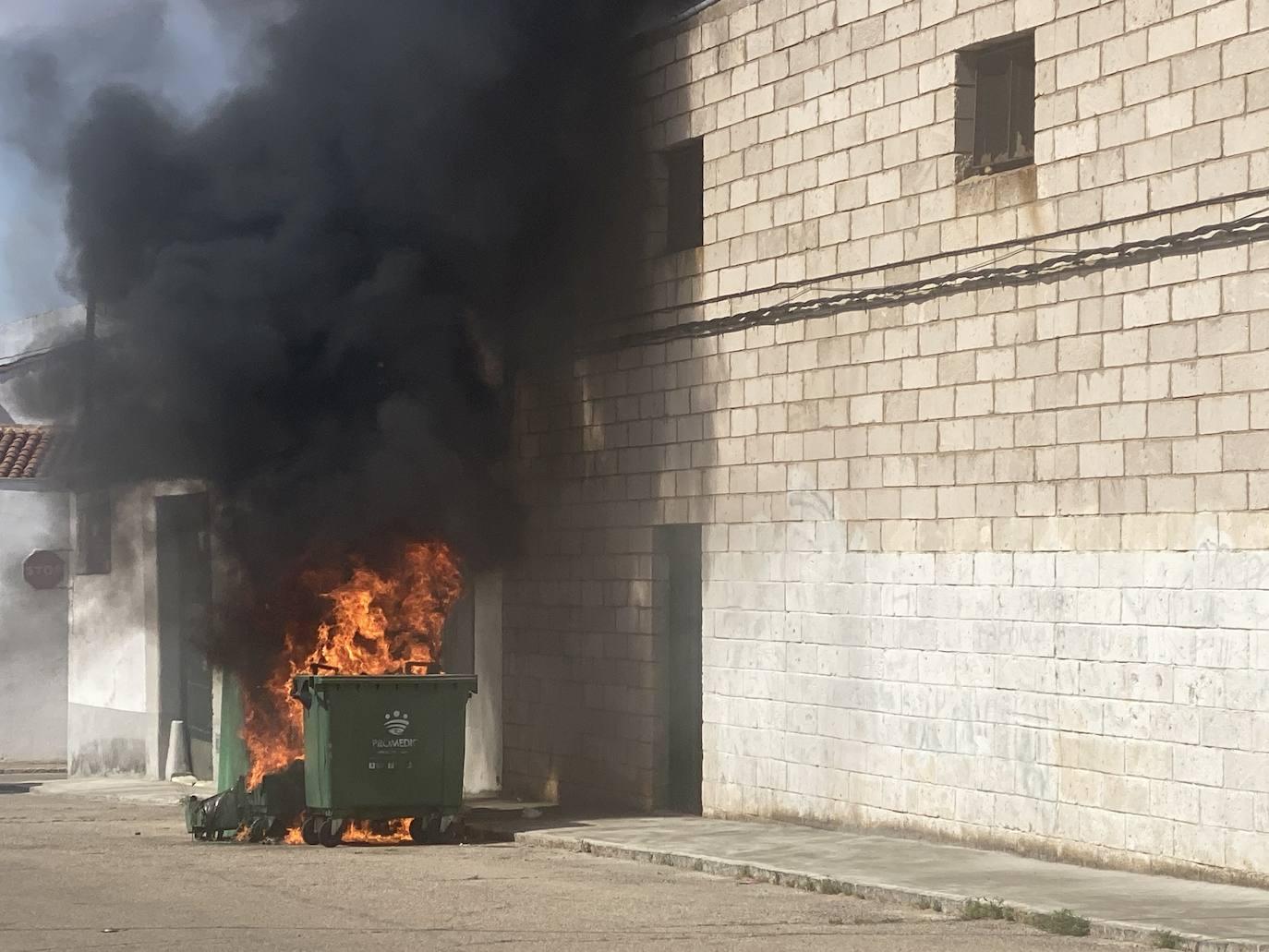 Arden varios contenedores en la Rodela de Villafranca de los Barros