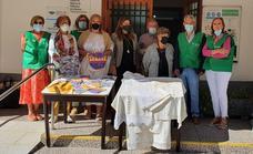 Un grupo de mujeres del Centro de Mayores de Conquistadores dona material a la AECC