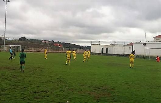 El Club de Fútbol de Alconchel entrena y juega en el campo local debido a las obras de su campo