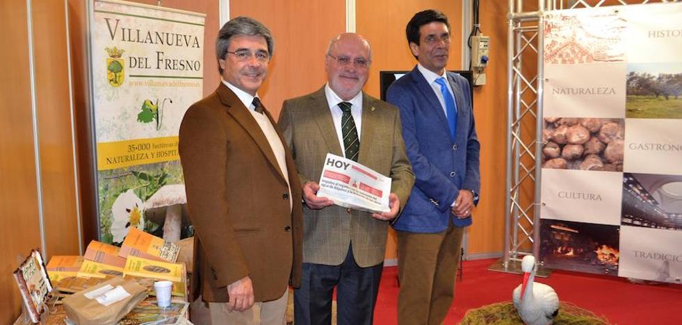 El ministro de Agricultura Portugués visita el stand local en Portel interesado en los nuevos regadíos