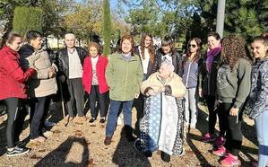 Los mayores disfrutaron de una excursión al aire libre por la localidad con el AMPA Nuevo Futuro