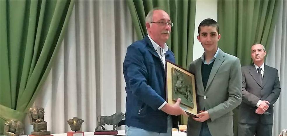 Manuel Perera, premiado por su temporada 2018 por la peña Luís Reina