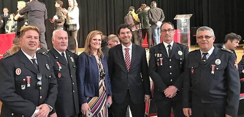 Cuatro agentes del cuerpo de la Policía Local reciben Medallas de Oro y de Plata por sus diferentes años de servicio