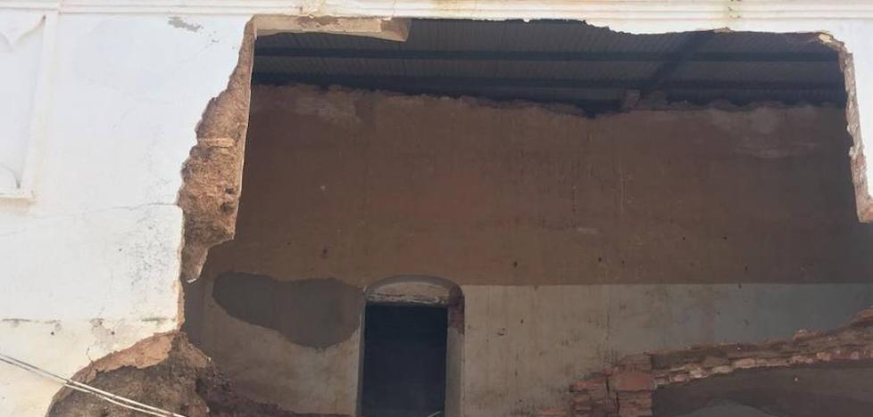 Se derrumba parte de la fachada y del interior de una vivienda en la calle Pablo Iglesias