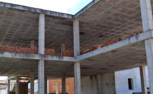 El Ayuntamiento comienza la obra de los Pisos Tutelados retomada con la Junta y Diputación