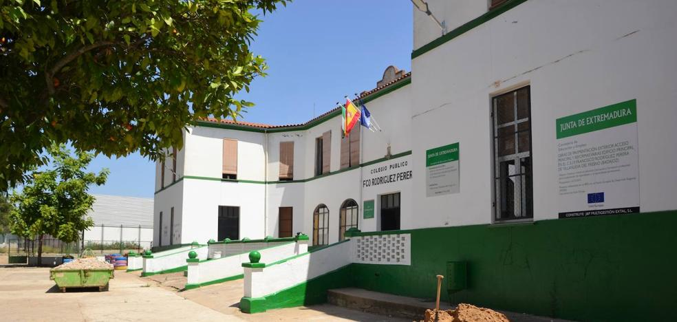 La Junta reforma los aseos, renueva las ventanas y el pavimento del patio del CEIP F.R. Perera