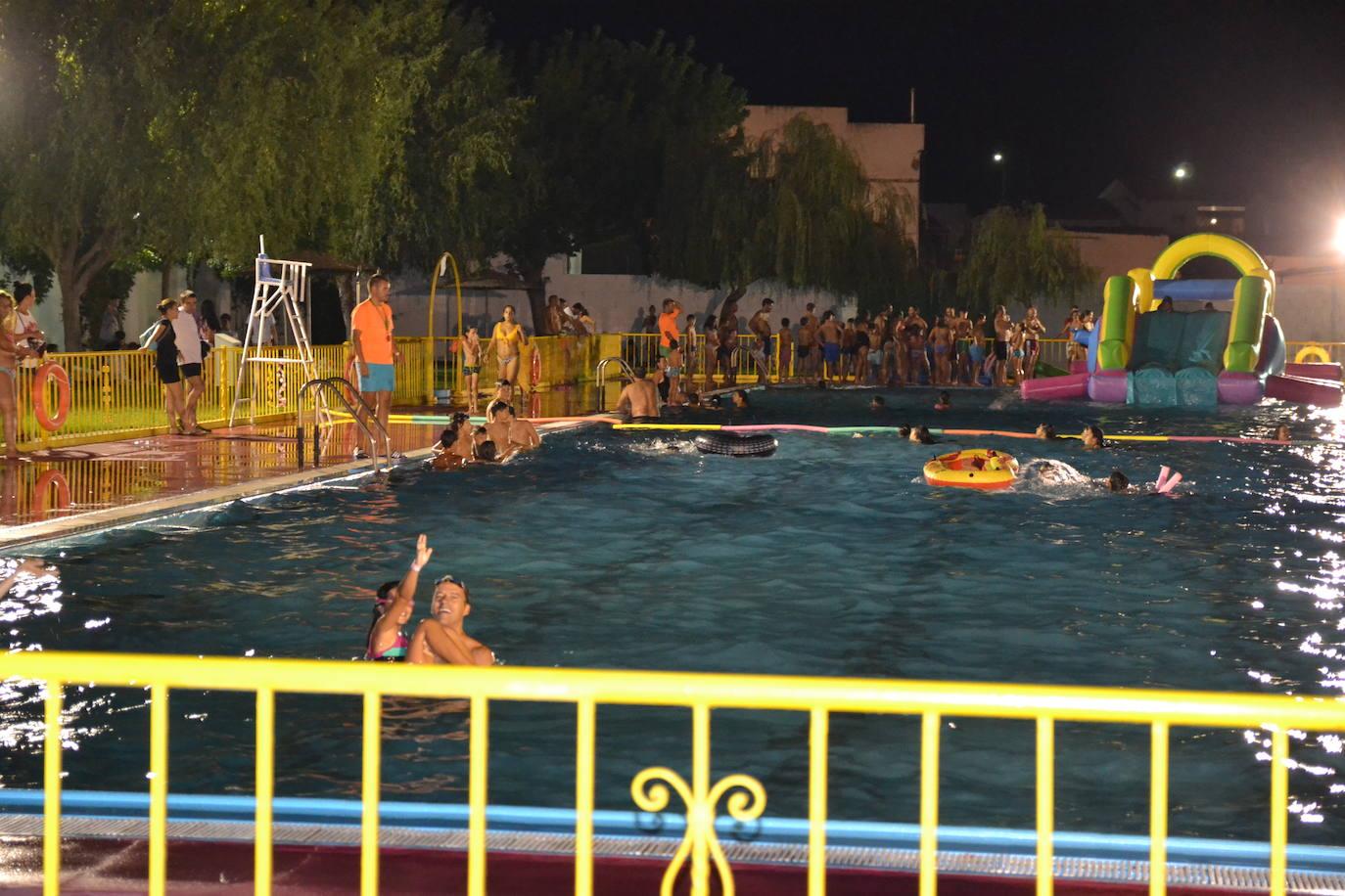 La piscina municipal acoge la V Fiesta Acuática Nocturna con hinchables