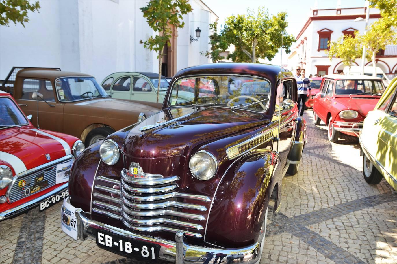 El VIII Rally Ibérico de motos y coches clásicos de Olivenza recaló en la localidad