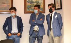 El novillero Manuel Perera y su apoderado Padilla han sido recibidos por el alcalde de la localidad