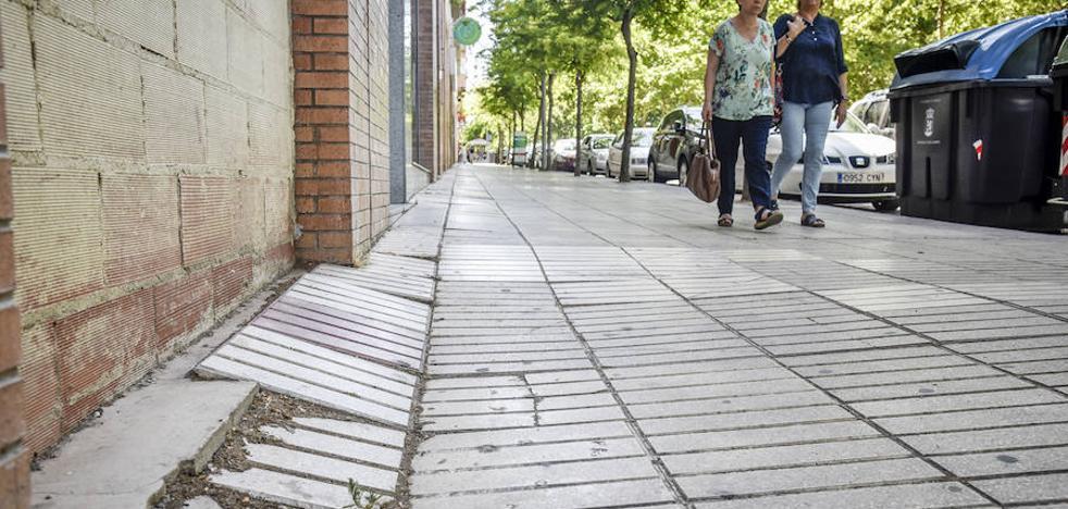 Las aceras y la calzada de Condes de Barcelona sufren hundimientos