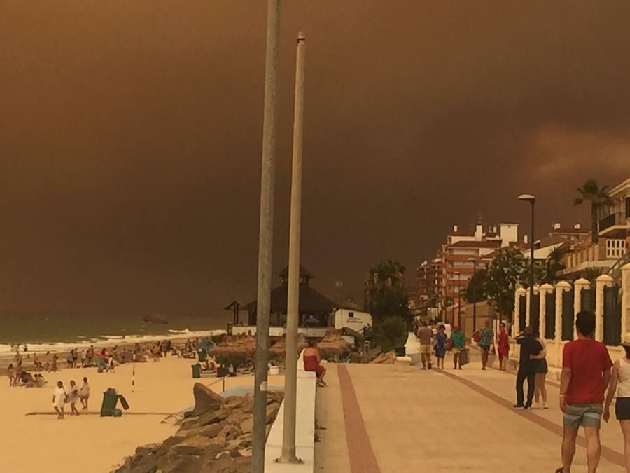 Cientos de extremeños atrapados en Matalascañas por el fuego de Moguer