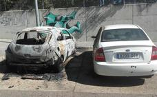 Arden dos coches durante la madrugada de ayer junto al instituto de Ciudad Jardín