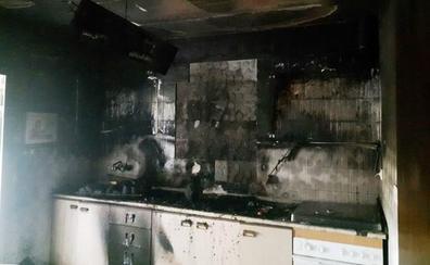 Un incendio quema la cocina de una vivienda en Casas de Belvís