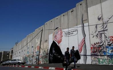 Una pintada en el muro de separación israelí caricaturiza a Trump y su muro